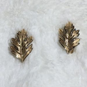 Jewelry - Vintage Gold toned Leaf Clip on Earrings